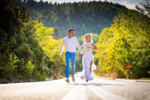 Miri alergand pe strada la o sedinta foto Trash the dress in Grecia