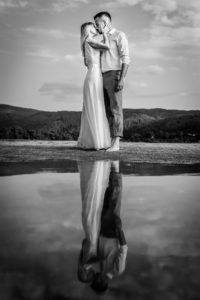 Miri sarutandu-se pe marginea unui lac la o sedinta foto Trash the dress in Grecia