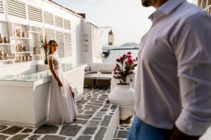 Mireasa sprijinita de bar la o sedinta foto Trash the dress in Grecia