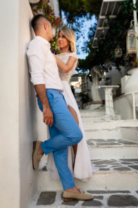 Miri imbratisati pe terasa la o sedinta foto Trash the dress in Grecia