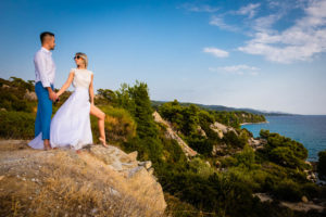 Miri pe o stanca la o sedinta foto Trash the dress in Grecia