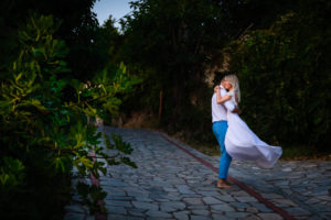 Miri imbratisati pe o alee la o sedinta foto Trash the dress in Grecia