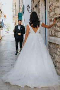 Miri pe strada la sedinta foto Trash the dress Grecia