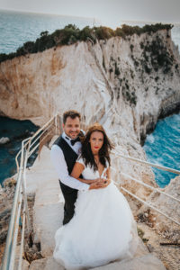 Miri pe scari la sedinta foto Trash the dress Grecia