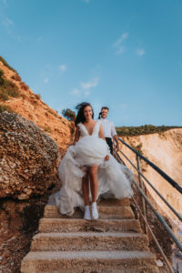 Mireasa coborand pe scari la sedinta foto Trash the dress Grecia