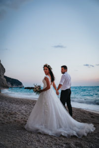 Miri mergand pe plaja la sedinta foto Trash the dress Grecia