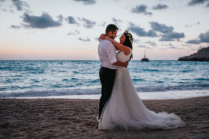Miri imbratisati pe plaja la sedinta foto Trash the dress Grecia