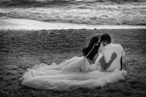 Miri pe plaja la sedinta foto Trash the dress Grecia