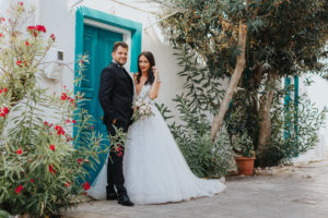 Miri in fata unei usi la sedinta foto Trash the dress Grecia
