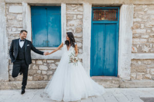 Miri in fata unei case la sedinta foto Trash the dress Grecia