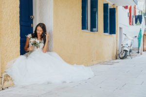 Mireasa in fata unei usi la sedinta foto Trash the dress Grecia